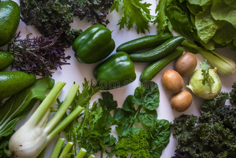 Endecha plana del verde de la ensalada de las hierbas de las verduras y de la variedad de frutas verdes orgánicos escogidos fresc foto de archivo libre de regalías