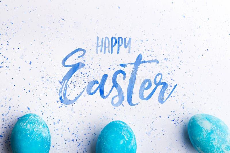 Endecha plana feliz de Pascua en un fondo blanco ilustración del vector