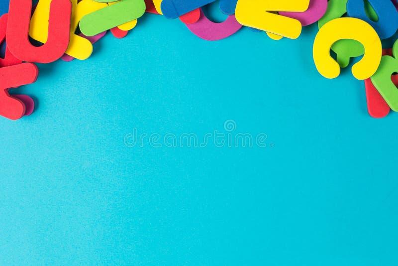 Endecha plana inglesa multicolora del orden al azar de la letra fotografía de archivo