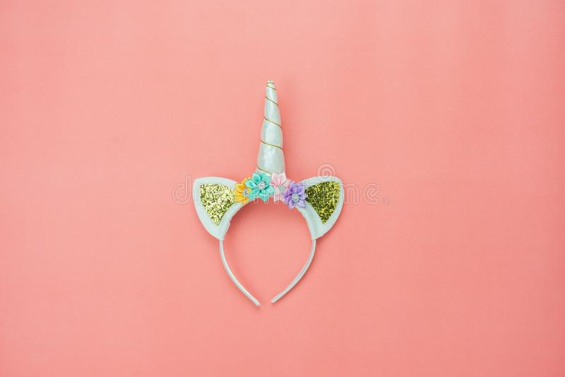 Endecha plana linda de la venda del unicornio en rústico moderno del papel rosado fotografía de archivo libre de regalías