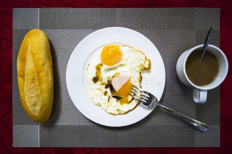 Endecha plana, pan fresco de la visión superior con trigo, cereal y huevo, leche, cofee fotografía de archivo libre de regalías