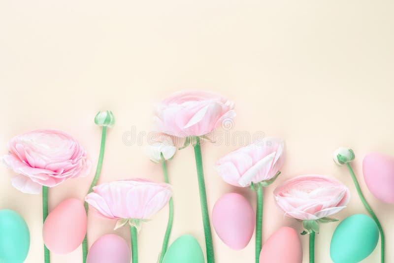 Endecha plana rosada de las flores y de los huevos de Pascua fotografía de archivo libre de regalías
