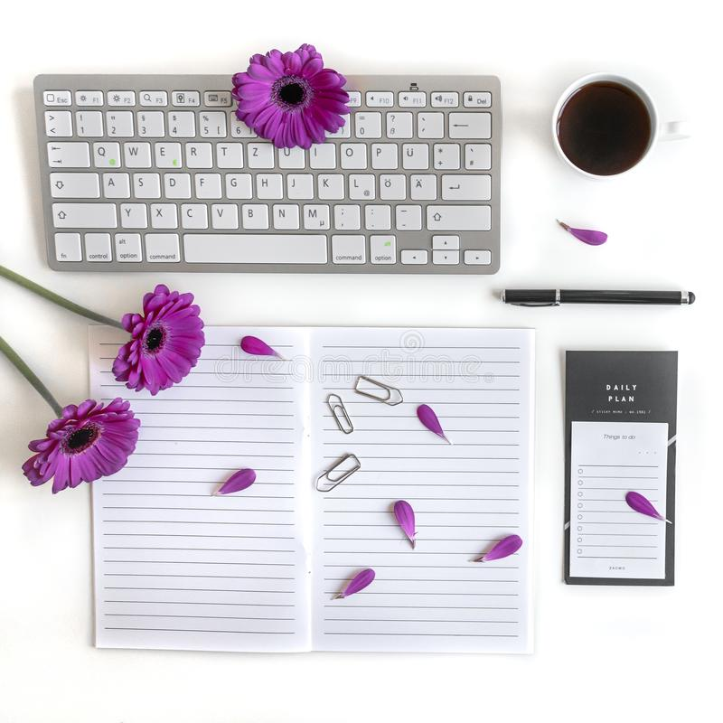 Endecha plana: teclado, ordenador, hacer la lista, la pluma negra, el diario del té, las notas y el rosa, púrpuras, violette, flo imágenes de archivo libres de regalías