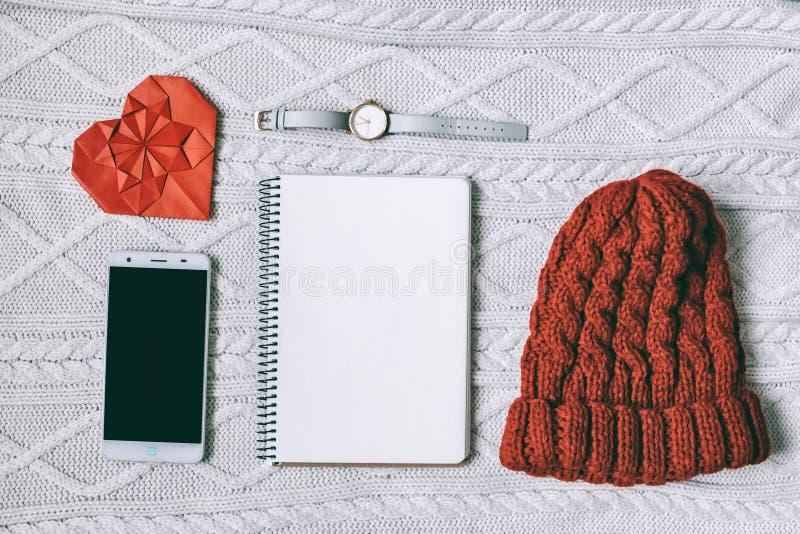 Endecha plana tema rojo y blanco de día de San Valentín del concepto El teléfono móvil de la célula, reloj, libreta, sombrero, pa imagen de archivo