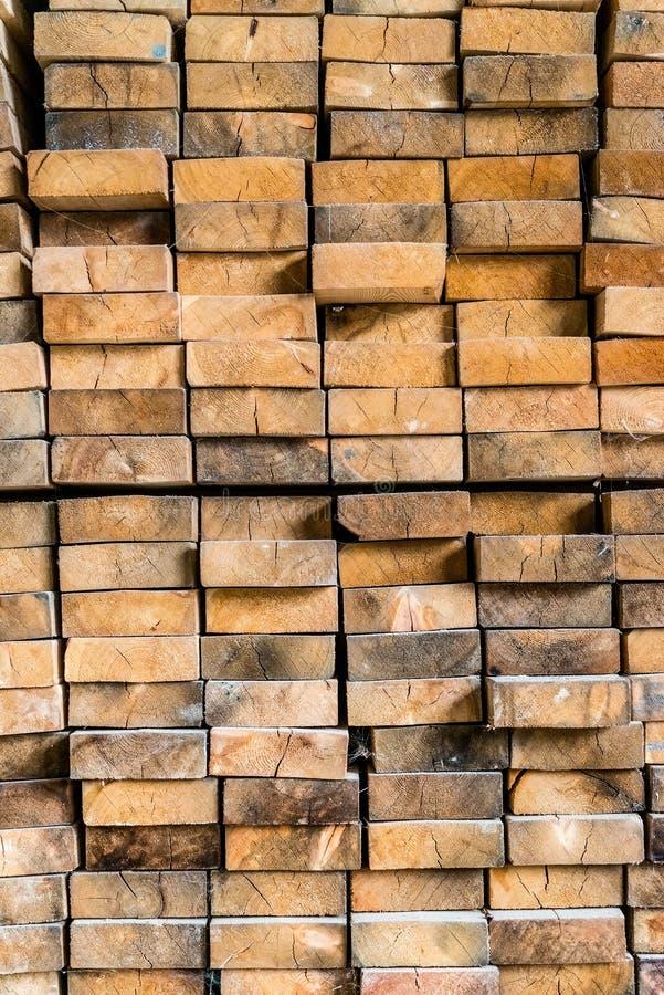 Enden von den Holzbalken gestapelt auf einander stockbild