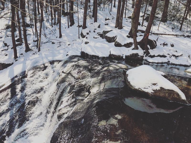Enders delstatsparkvattenfall efter snö royaltyfria foton