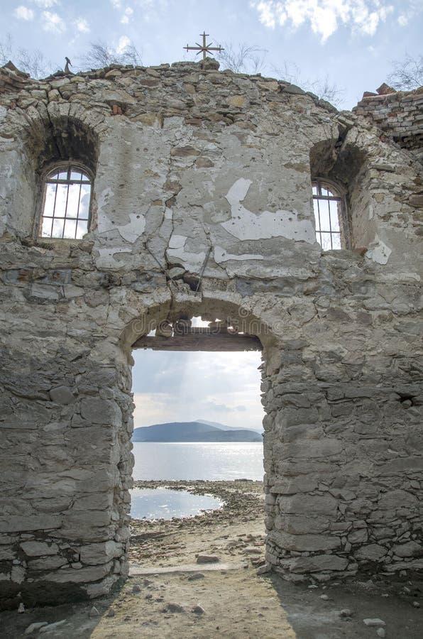 Endiguez Jrebchevo dans la vieilles porte d'église et fenêtres en pierre, Bulgarie photo stock