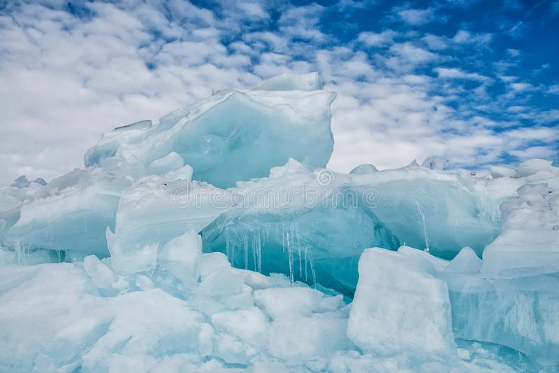 Endlose blaue Eishügel im Winter auf dem gefrorenen Baikalsee lizenzfreies stockbild