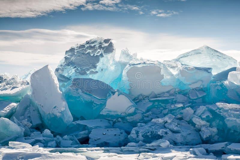 Endlose blaue Eishügel im Winter auf dem gefrorenen Baikalsee lizenzfreie stockbilder