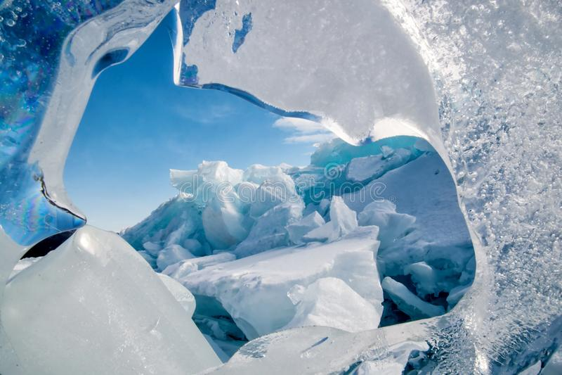 Endlose blaue Eishügel im Winter auf dem gefrorenen Baikalsee stockfotografie