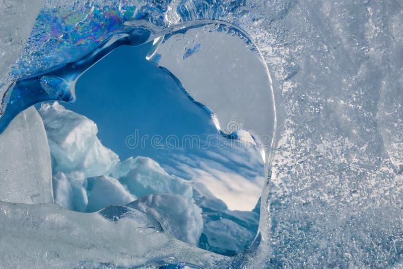 Endlose blaue Eishügel im Winter auf dem gefrorenen Baikalsee stockbild
