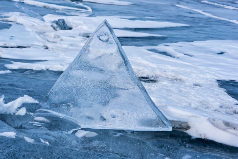 Endlose blaue Eishügel im Winter auf dem gefrorenen Baikalsee lizenzfreies stockfoto