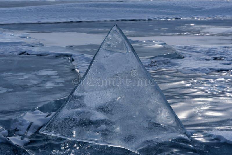 Endlose blaue Eishügel im Winter auf dem gefrorenen Baikalsee stockfotos