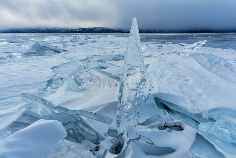 Endlose blaue Eishügel im Winter auf dem gefrorenen Baikalsee stockbilder