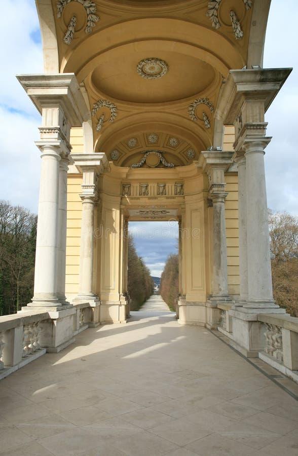 Endloser Fußweg durch offene Säulenhalle in einen Park lizenzfreie stockbilder