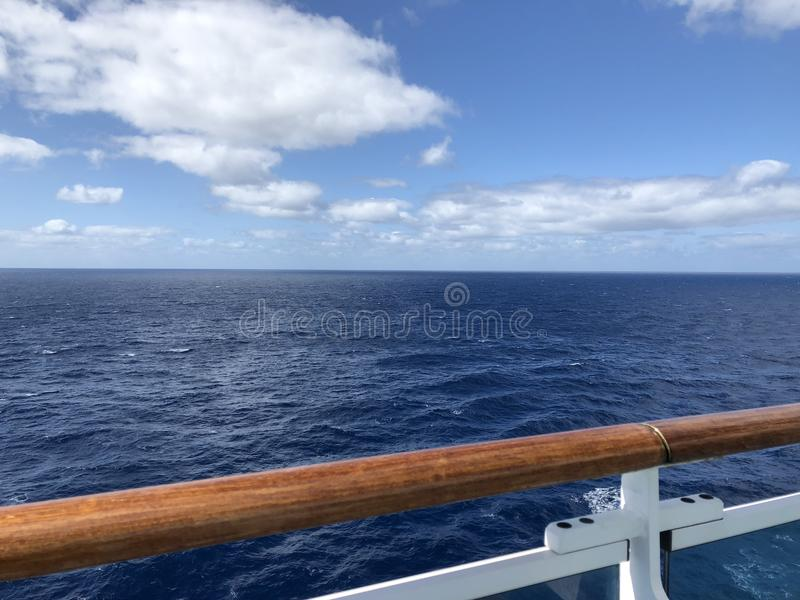 Endloser Meerblick von der Plattform eines Kreuzschiffs lizenzfreies stockfoto