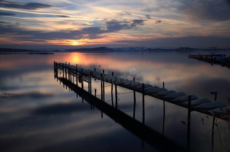 Endloser Sonnenuntergang über dem Hafen lizenzfreie stockfotos