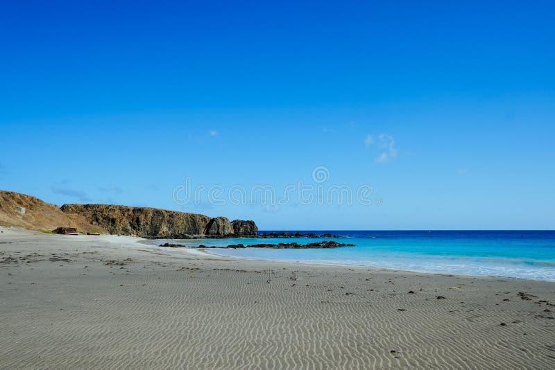 endloses schönes Ufer folgender tu des sandigen Strandes das haarscharfe blaue Meer mitten in der trockenen Landschaft stockfoto