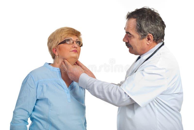 Endocrinólogo maduro con la mujer paciente foto de archivo