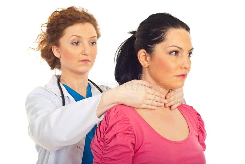 endocrinologisten undersöker thyroidkvinnan royaltyfri foto