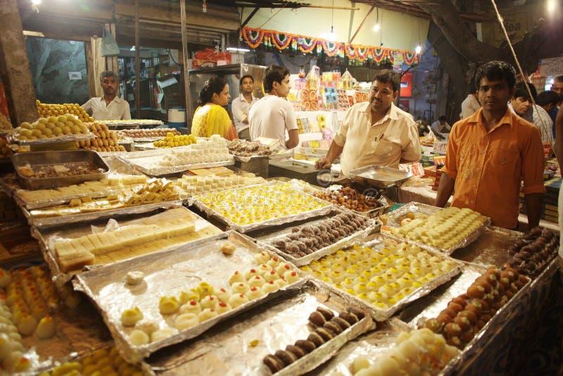Endors van beroemde Indische snoepjes op beroemde Hoofdbazaarweg stock afbeelding