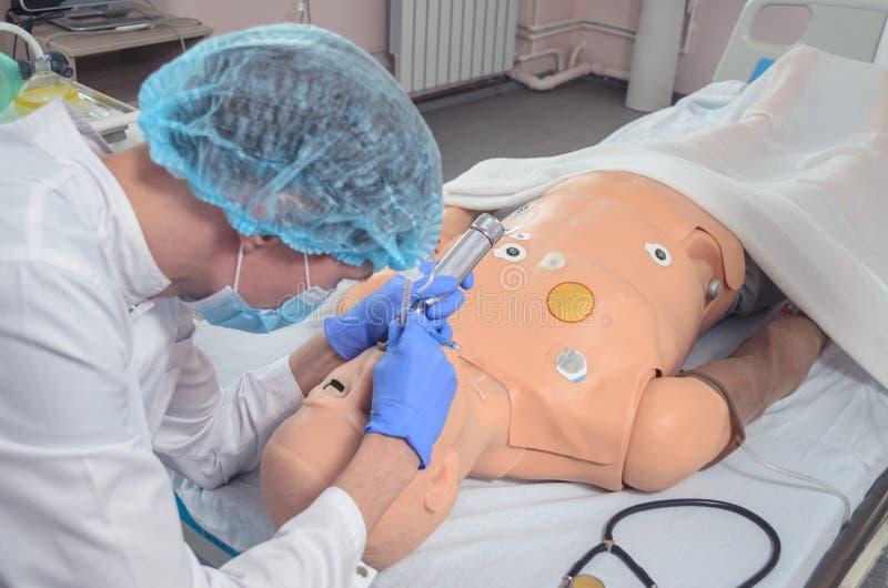 Endotracheal intubatie Het uitoefenen van medische vaardigheden op een medisch model royalty-vrije stock afbeelding