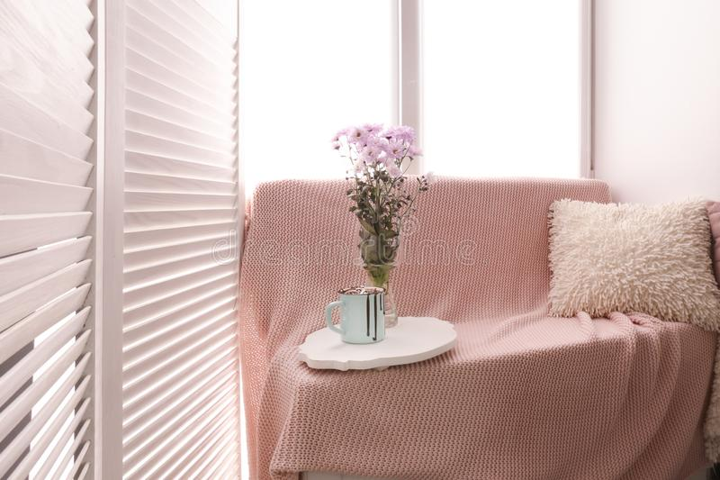 Endroit confortable pour le repos près de la fenêtre dans la chambre légère images stock