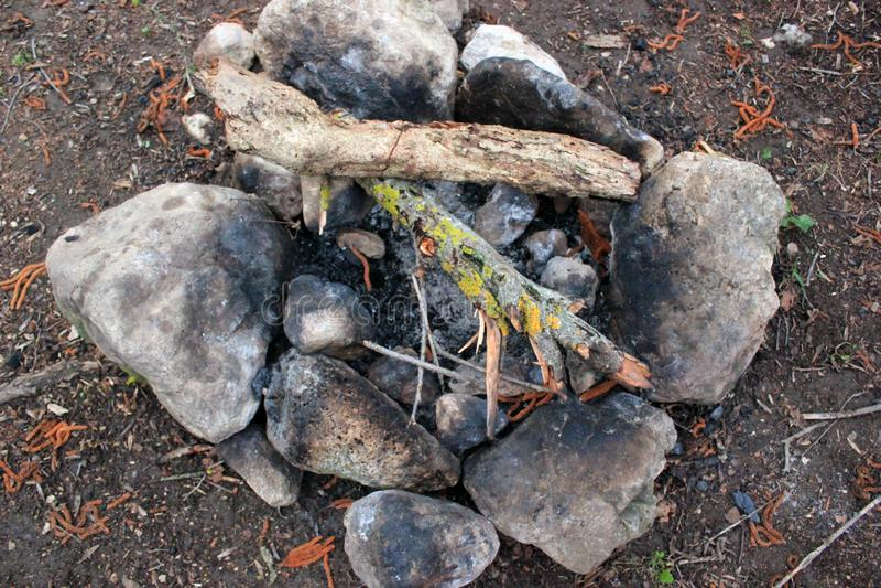 Endroit de feu de camp, pique-nique, rondins, bois de chauffage photos libres de droits
