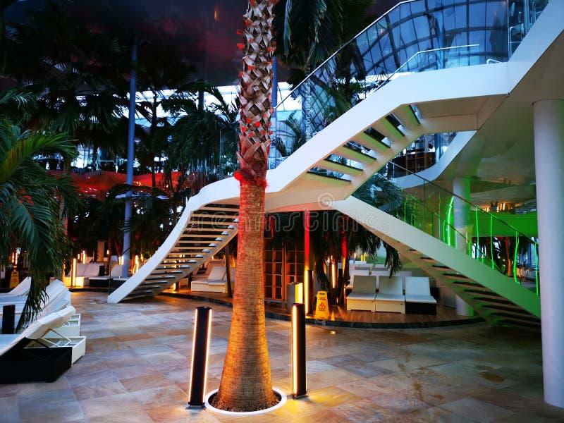Endroit de relaxation à la station thermale avec de l'eau thermique - escaliers image libre de droits