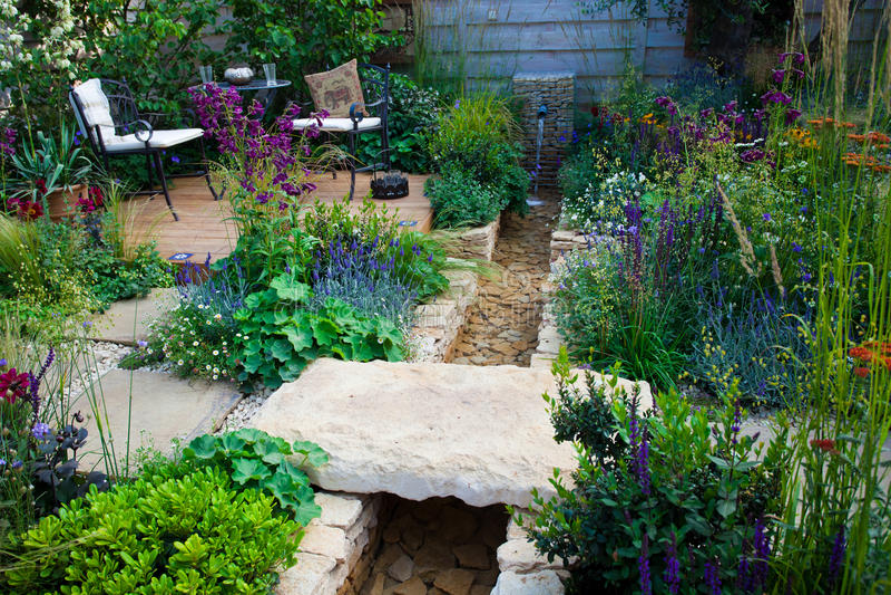 Endroit de relaxation dans un jardin photos libres de droits