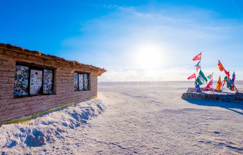Endroit de soleil avec les drapeaux et le bâtiment photo libre de droits