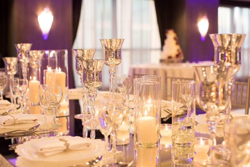 Endroit de Tableau de mariage avec les gobelets argentés et la verrerie chrystal image libre de droits