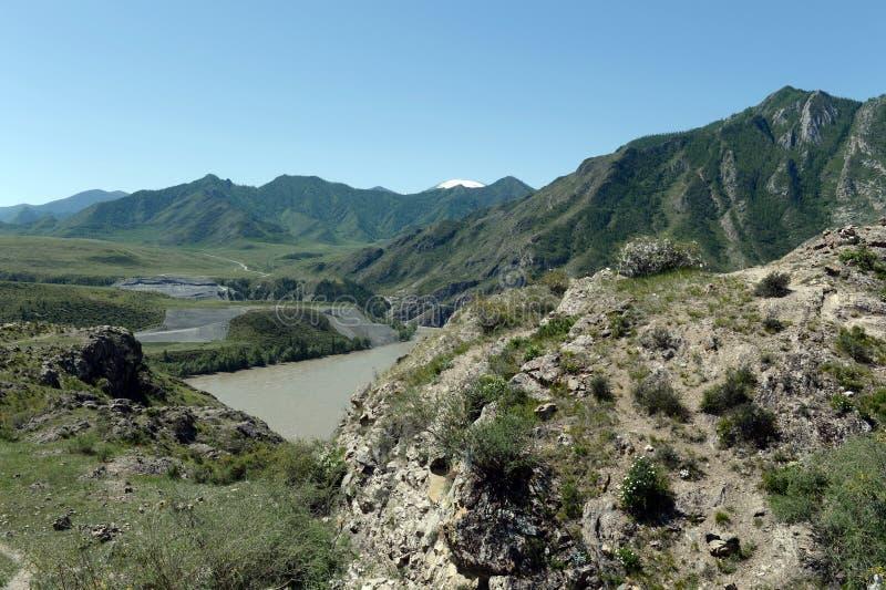 Endroit du confluent des rivières Katun et Chuya en montagnes d'Altai La Sibérie, Russie photographie stock libre de droits