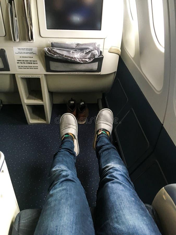 Endroit pour des jambes dans la classe d'affaires de l'avion photo stock