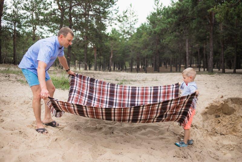 Endroit pour le pique-nique de famille sur la plage sablonneuse photo libre de droits