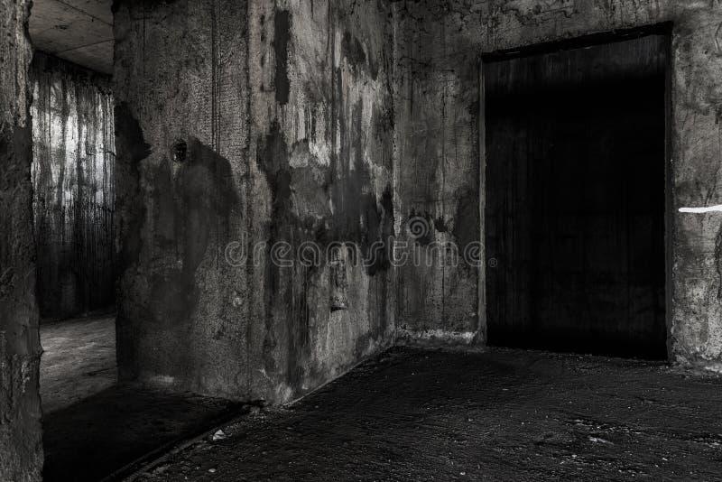 Endroit vivant de construction abandonné de fantôme avec deux portes photo stock
