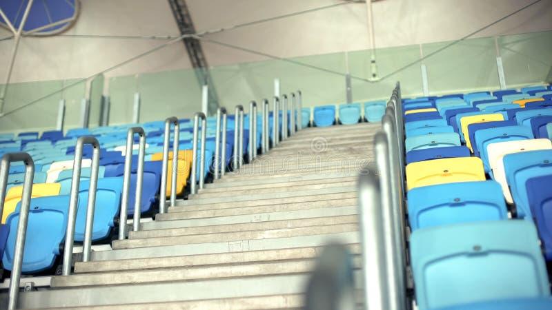 Endroits de places assises au stade ou à la salle de concert, tribune vide après match de football photos stock