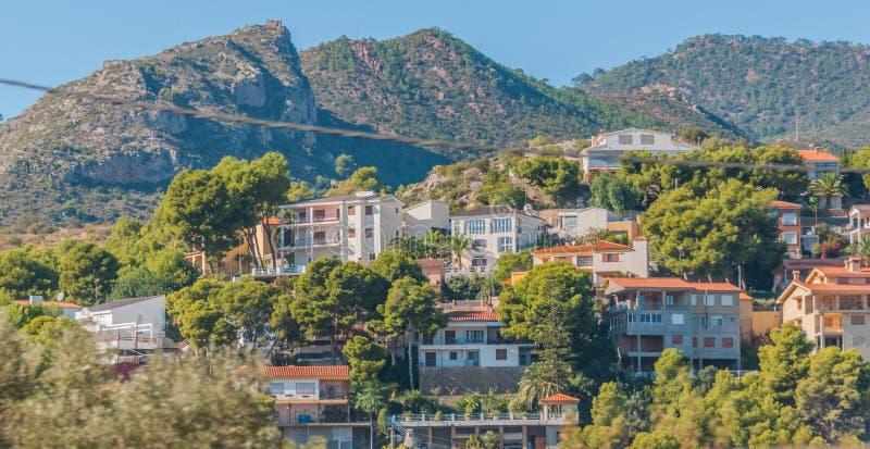 Endroits vivants rustiques et rocailleux mais beaux en Espagne rurale Maisons dans les collines et les montagnes de l'Espagne rur photographie stock