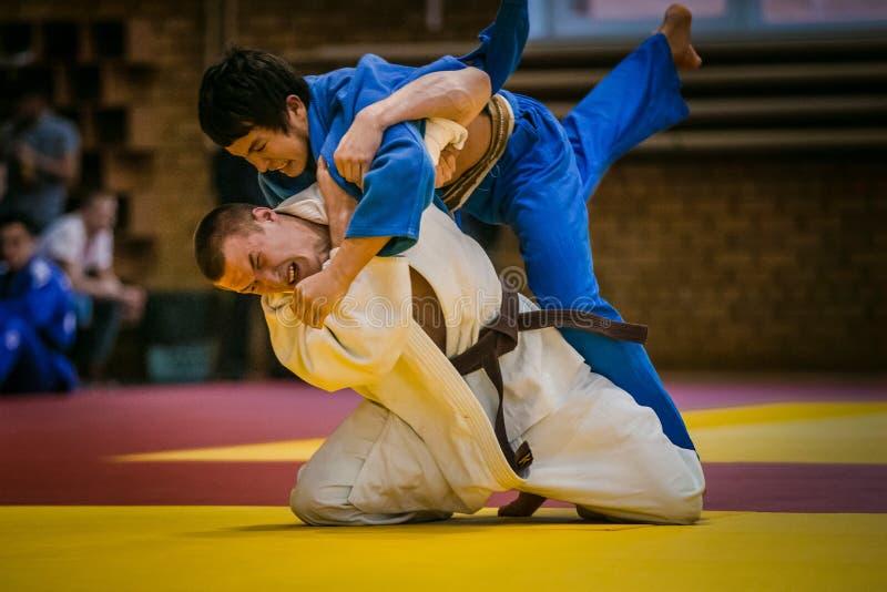 Endspiel zwischen zwei jungen Athleten judoists lizenzfreies stockbild