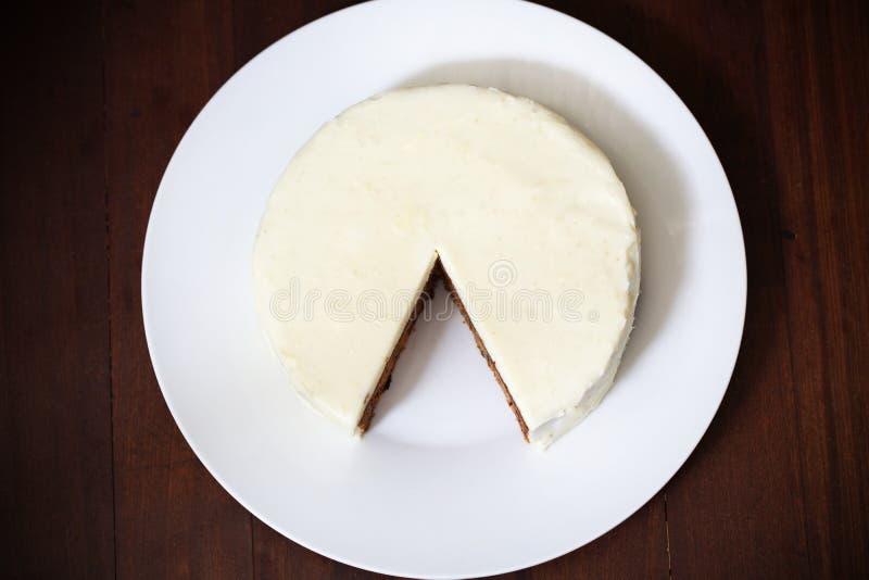 Endureça com crosta de gelo do queijo creme, corte e remende desaparecidos imagens de stock