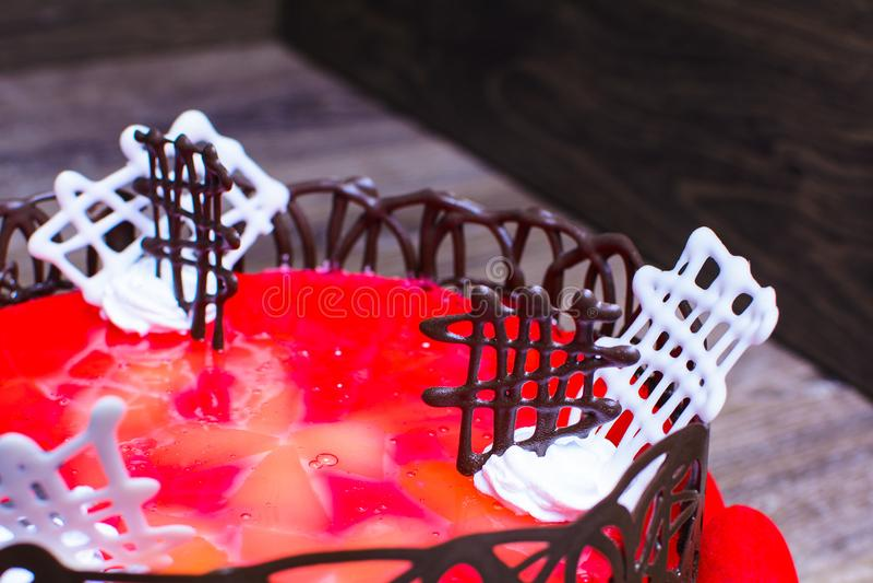 Endureça com geleia vermelha e decorado com chocolate imagens de stock royalty free