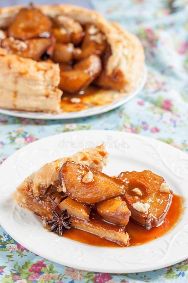 Endureça da pastelaria flocoso com as peras picantes do caramelo fotos de stock