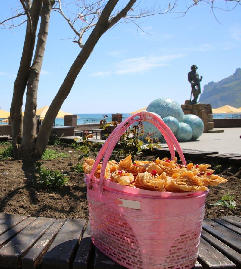Endureça o galho na cesta no litoral fotos de stock royalty free