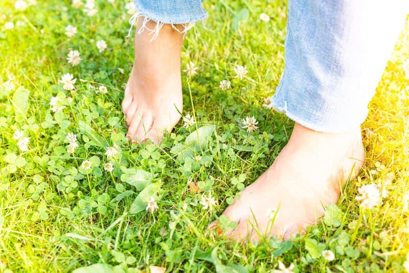 Endureciendo los pies descalzo que caminan a las diversas superficies y temperaturas según la filosofía de Sebastian Kneipp fotos de archivo libres de regalías