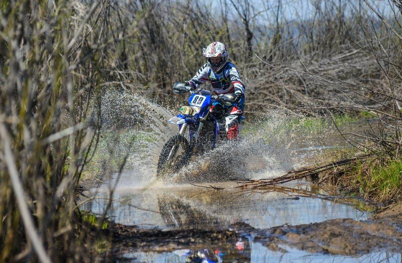 Enduro摩托车通过与大飞溅的泥乘坐 库存图片