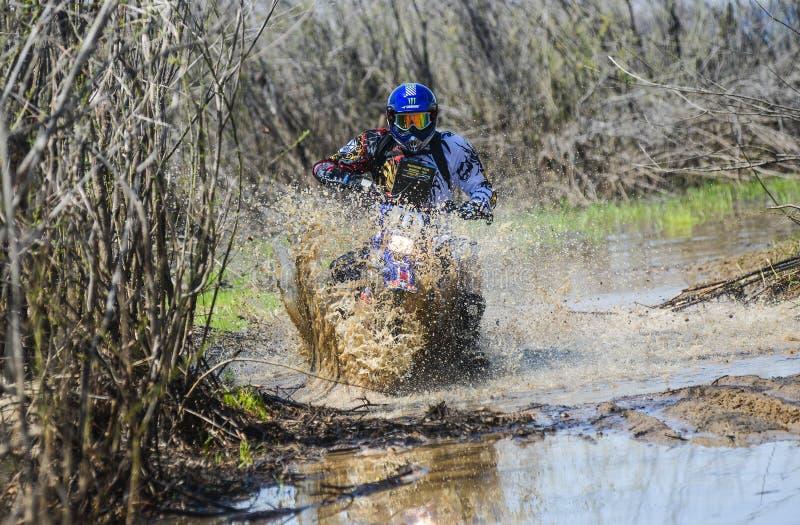 Enduro摩托车通过与大飞溅的泥乘坐 图库摄影