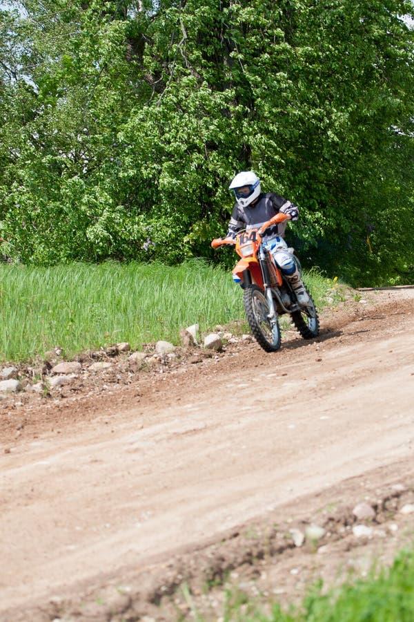 Enduro motocyklu jazdy puszek wzgórze, Madona, Latvia, Maj 26, 2 zdjęcia stock