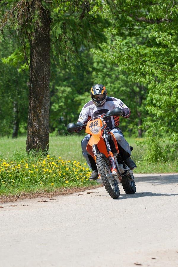 Enduro motocyklu jazdy puszek wzgórze, Madona, Latvia, Maj 26, 2 obrazy royalty free