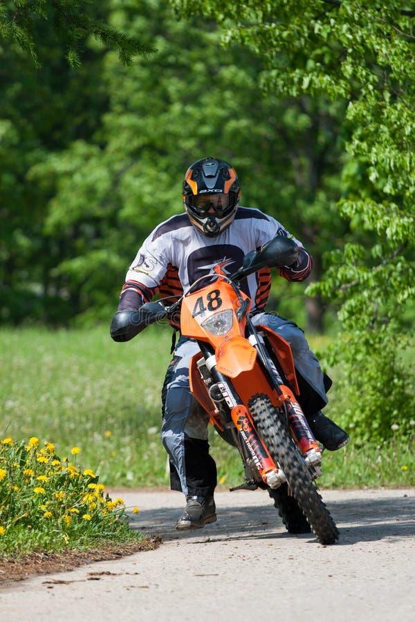 Enduro motocyklu jazdy puszek wzgórze, Madona, Latvia, Maj 26, 2 obraz stock