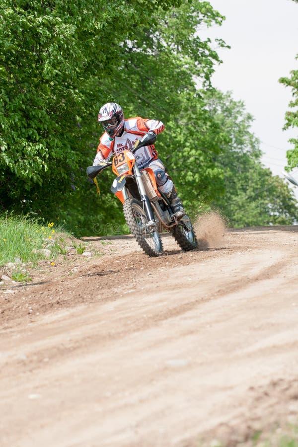 Enduro motocyklu jazdy puszek wzgórze, Madona, Latvia, Maj 26, 2 zdjęcie royalty free